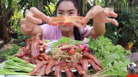 吃播:泰国美女吃货试吃香煎培根,配上木瓜丝沙拉,吃得那叫一个香