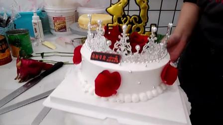 老婆看到我定做的皇冠红玫瑰生日蛋糕特别高兴,生日过的很开心!