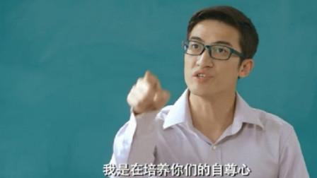 老师当众让男同学走,下一秒好兄弟发声,竟用七国语言嘲讽老师!