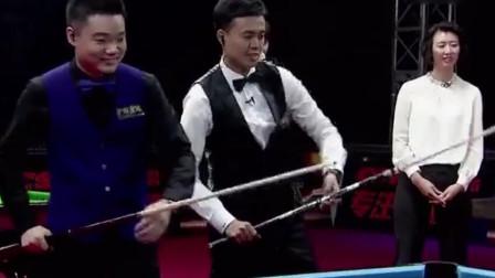 傅家俊同丁俊晖争夺开球权,2位世界冠军同台不多见,惊艳众人
