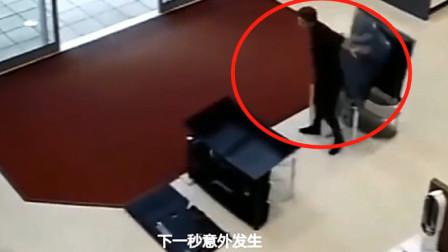 男子去买电视机,刚蹲下来意外发生,监控拍下荒唐的画面!