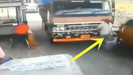 男子作死拦路收费,没想到司机下车后全蒙了
