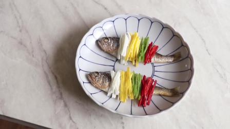 《韩国农村美食》清蒸小鱼干,撒入蛋饼丝和辣椒丝,好吃又好看