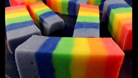 颜值超高的彩虹软糖是这样做的,我猜是不是把彩虹揉碎塞里面了呀