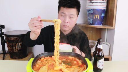 【双十一快递开箱】37元网购一箱韩式部队火锅,小伙煮了满满一锅,加了芝士的火锅好吃吗?