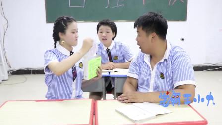 学生在班里贴面膜被老师发现,老师也嚷着要贴一个,但是老师贴面膜的方式真是太搞笑了