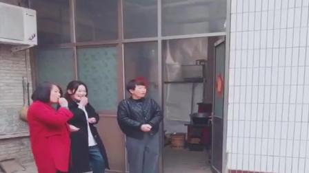 河南农村小伙第一次相亲,看到女方后显得有点不好意思,气氛真尴尬!
