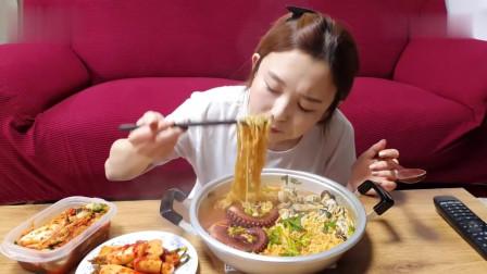 吃播:韩国美女吃货试吃大章鱼泡面,配上韩式