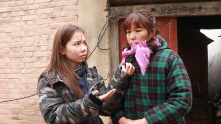 女儿上大学不断给农村母亲要钱,4年后回家,到门口站住了