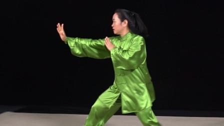 太极郑冬霞演练连续性进攻步法,学会能少走弯路,稳中又有松