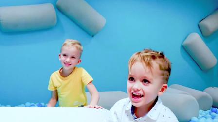 可爱萌娃:老妈带萌宝们去室内游乐园玩,一家子在里面都玩嗨了,一起来看看吧