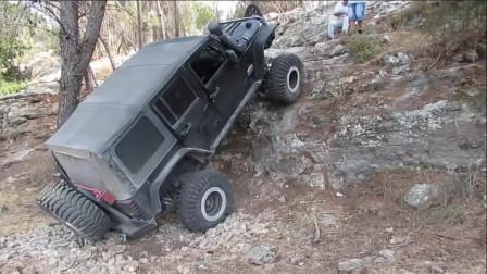 老外驾驶越野车测试爬坡性能,我真想上去推他一把