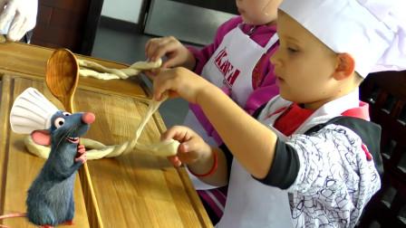 萌娃小可爱变身小厨师在学习做面包!小家伙真是认真呀!萌娃:让我来试试!