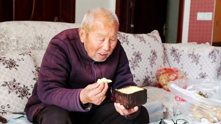 农村小媳妇做吐司面包,烤糊了,问爷爷好吃吗?爷爷的回答好温暖