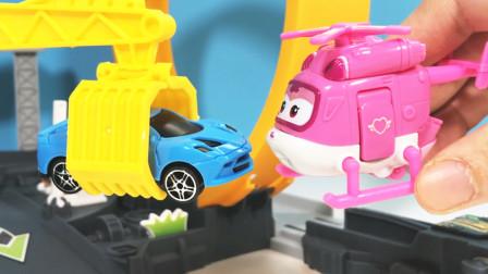 小赛车出故障啦!超级飞侠小爱和多多来修理,它能通过弹射测试吗?