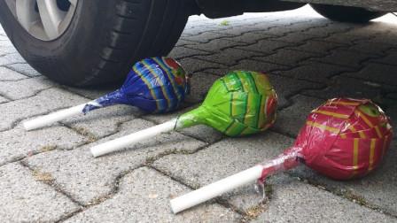 打开减压球出现:使用小汽车碾压棒棒糖与各种玩具,形状特别!