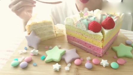 小姐姐直播吃的这一桌子甜点看起来好梦幻呀,软绵绵的蛋糕最好吃啦