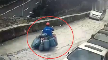 摩托车拉了9个煤气罐,面包车发现不对劲,谁知果真出事了