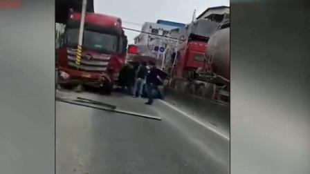 任性的女司机碰上一根筋的大货车,悲剧瞬间发生,后悔莫及