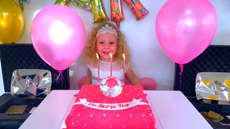 哇塞!今天是萌娃小可爱的生日,爸爸给小家伙准备了生日蛋糕,小家伙快吹蜡烛吧!