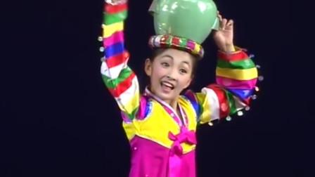 女孩表演特殊才艺,头顶水罐不停转转转,网友:神一般的水准!