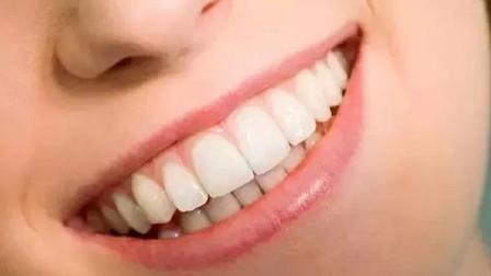 """牙齿上难闻的""""黄泥""""别再抠,用这一个小方法,牙垢自己掉下来"""