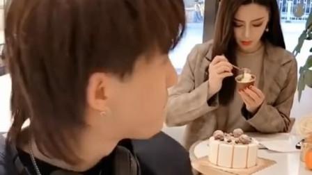 """蛋糕和美女你选哪个?小帅哥这叫""""睁眼瞎""""!"""