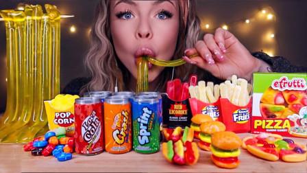 一桌子迷你汉堡、披萨、薯条和可乐,都是创意糖果,网友:太迷你太可爱了