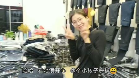 小伙陪网红美美逛广州白云服装市场,为直播做准备,她乐坏了!