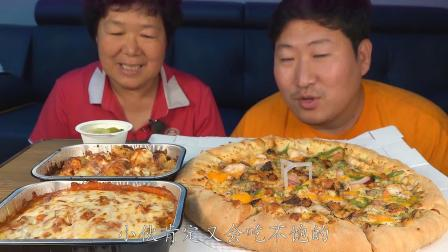 韩国农村母子俩吃宵夜,又背着大叔吃披萨,大妈看起来很开心啊!