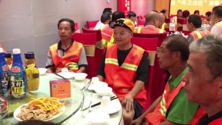 邵阳女老板请百名环卫工吃大餐 感恩城市美容师