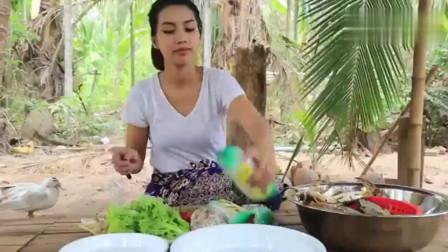 柬埔寨巧妇,拿来几只螃蟹,看看这吃法,不服都不行