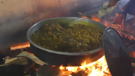 巴基斯坦城乡,大型咖喱鸡制作现场,浓浓的柴火味