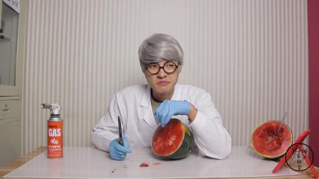 冷冻1周以上的西瓜,火焰刀能切开吗?小伙测试,真怕把刀断里面