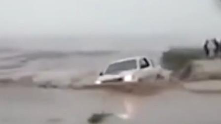 洪水险些连车带人一并冲走 幸好司机及时逃脱保住一命