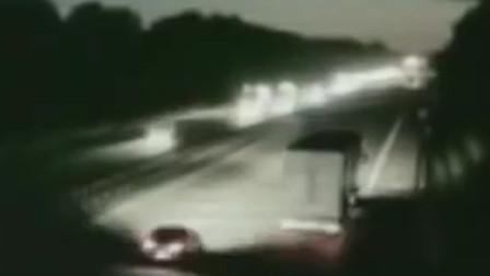不明强光袭击大卡车,车身被抬离路面