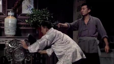 铁血红安:为得知日军的情报,刘铜锣拿枪逼问夏道君,对方吓坏了