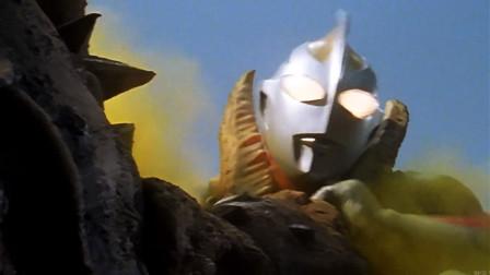 飞龙兽释放致命毒气,趁机钳住奥特曼,稍一用力头身分离!