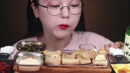 韩国小姐姐的芝士美食,烤猪皮蘸芝士酱,再来一杯烧酒过瘾!