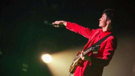 李荣浩一首《老街》声音磁性,怎么听也不够 ,听起这首歌你想起了谁
