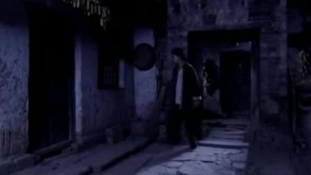 姑娘半夜看孩子,哪料男友竟翻墙来找姑娘,两人好亲热