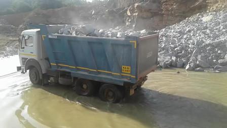 印度的塔塔牌货车拉石头,看看这载重能力,敢跟国产解放牌比吗?