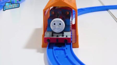 托马斯又到加油站加油来了!托马斯小火车用油量真大!