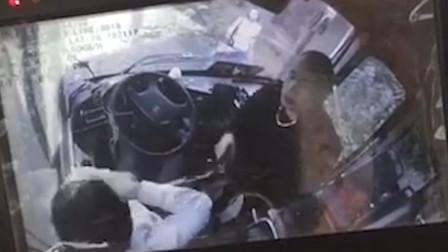 男子暴打公交司机连砸10拳 只因强行上车遭拒