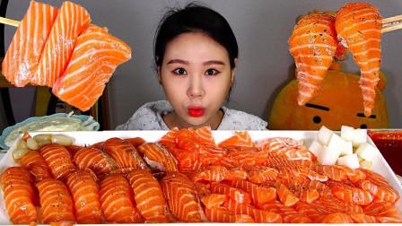 """韩国吃播:""""三文鱼生鱼片+三文鱼寿司"""",看着真诱人,吃得真香"""
