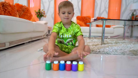 萌娃小可爱的哥哥在家里做恶作剧!小家伙真是生气呀!萌娃:我刚擦好的玻璃!