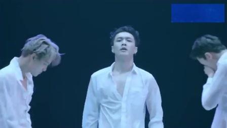 """EXO水中跳舞柔美又不失""""阳光"""",头发全湿了,却依旧帅气"""