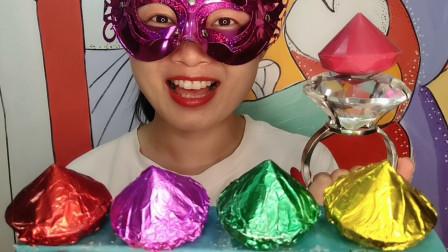 """小姐姐吃创意""""炫彩钻石巧克力"""",有棱有角,香甜浓郁又柔滑"""