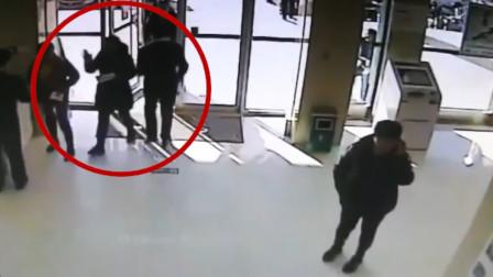 女儿被绑架?女子汇款时偷塞纸条求助 民警一眼识破