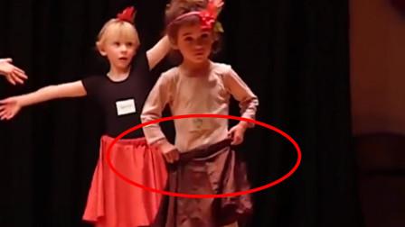 3岁萌娃在舞台上跳舞,跳一半裙子突然掉落,接下来反应令人笑翻